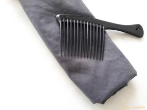 secher ses cheveux avec une serviette en microfibre