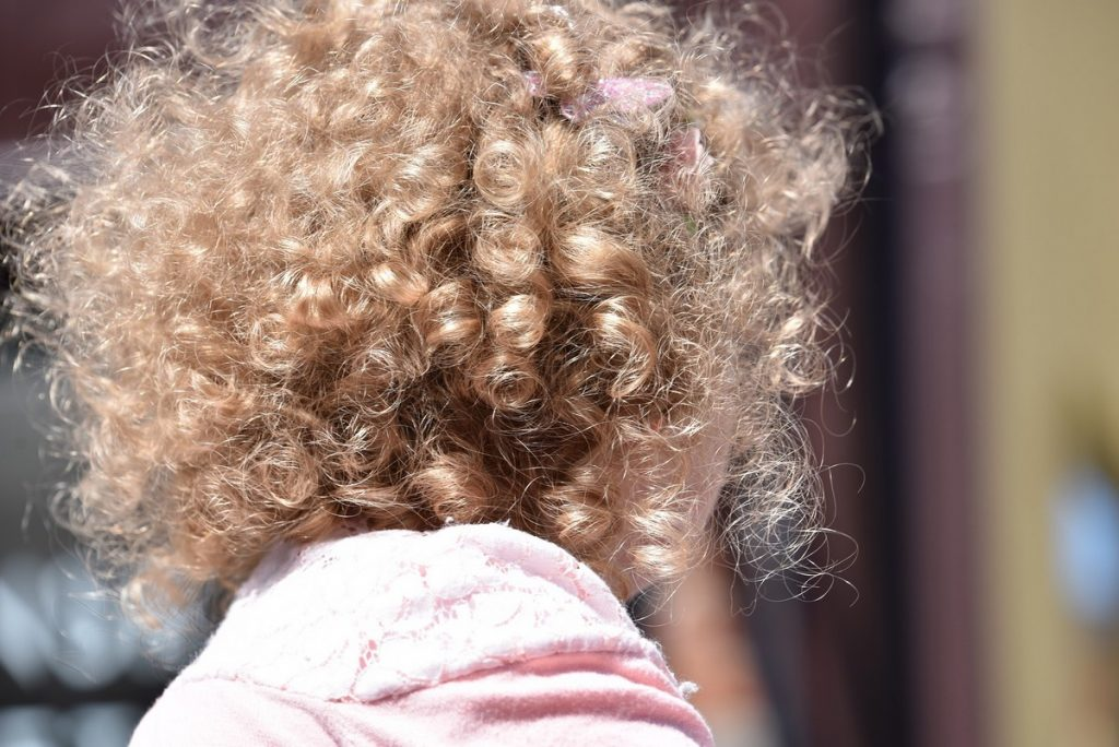 Quelle routine pour les cheveux bouclés des enfants ?