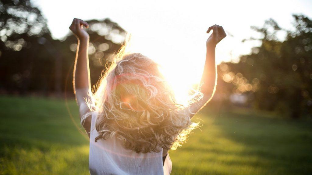 Cheveux bouclés : Quelle routine adopter pendant l'été ?